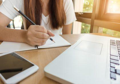 Foto mujer estudiando